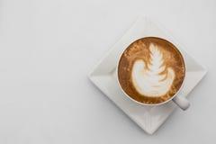 咖啡杯顶视图在白色背景的 杯子热奶咖啡顶视图 平的位置 复制空间 免版税库存图片