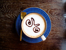 咖啡杯顶视图在老木桌上的 库存照片