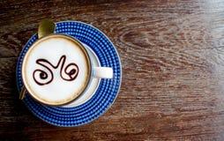 咖啡杯顶视图在老木桌上的 图库摄影