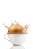 咖啡杯飞溅白色 免版税库存照片