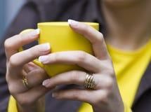 咖啡杯黄色 免版税库存图片