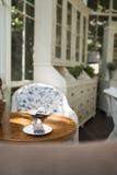 咖啡桌和匙子在葡萄酒样式角落设置了 免版税库存照片