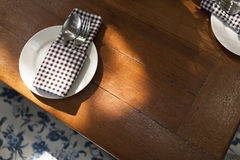 咖啡桌和匙子在葡萄酒样式角落设置了 免版税库存图片