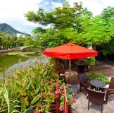 咖啡桌和椅子在美丽的公园 免版税图库摄影
