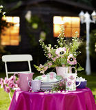 咖啡桌在庭院里 图库摄影