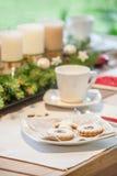 咖啡桌用圣诞节曲奇饼 库存照片