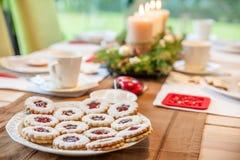 咖啡桌用圣诞节曲奇饼 免版税图库摄影