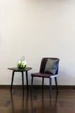 咖啡桌皮椅组合 库存照片