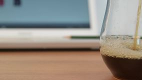 咖啡水滴 到达天空的企业概念金黄回归键所有权 影视素材