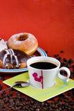 咖啡油炸圈饼 图库摄影