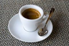 咖啡浓咖啡特写镜头照片在白色瓷杯子的在调味汁 图库摄影