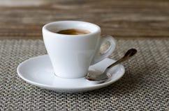 咖啡浓咖啡特写镜头照片在白色瓷杯子的在调味汁 免版税库存图片
