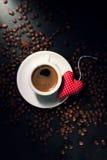 咖啡浓咖啡用在背景和红色长毛绒的咖啡豆 免版税库存图片