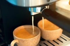 咖啡浓咖啡风险长的设备照片准备进程 倾吐从咖啡机器的浓咖啡特写镜头 库存照片