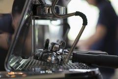 咖啡浓咖啡风险长的设备照片准备进程 免版税库存图片