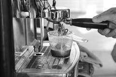 咖啡浓咖啡风险长的设备照片准备进程 免版税库存照片