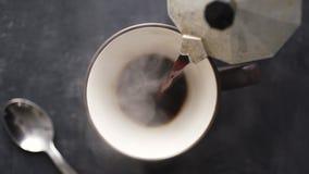 咖啡涌入从喷泉咖啡壶的杯子 影视素材
