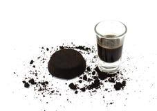 咖啡渣和咖啡在玻璃 免版税库存图片