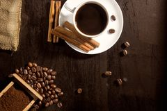 咖啡渣在豆和在杯子 库存照片