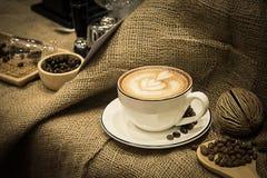 咖啡热在杯子经典之作样式 免版税图库摄影
