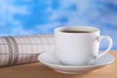 咖啡热报纸 免版税图库摄影
