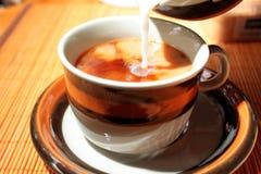 咖啡牛奶倾吐 免版税图库摄影