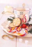 咖啡牛奶和圣诞节糖屑曲奇饼 免版税库存照片