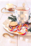 咖啡牛奶和圣诞节糖屑曲奇饼 库存图片