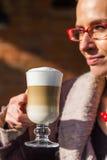 咖啡牛奶的一点断裂 免版税库存图片