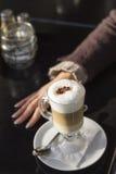 咖啡牛奶的一点断裂 库存图片