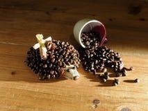 咖啡猬和咖啡杯 免版税库存图片