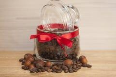 咖啡玉米玻璃瓶子溢出的表 免版税图库摄影