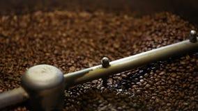 咖啡生产 烤在机器特写镜头的布朗豆 影视素材