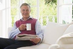 咖啡生存人报纸阅览室 库存图片