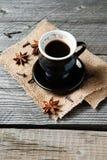 咖啡用八角和丁香 免版税库存图片