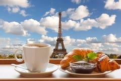 咖啡用反对艾菲尔铁塔的新月形面包在巴黎,法国 库存照片