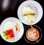 咖啡用可口白蛋糕和新鲜水果沙拉服务 库存照片