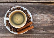 咖啡用咖啡豆和桂香 免版税图库摄影