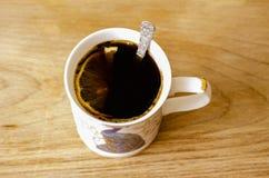 咖啡用在一个白色杯子的柠檬 免版税库存照片