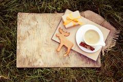 咖啡用在一个老委员会的牛奶和姜曲奇饼 在自然的快餐 免版税库存照片