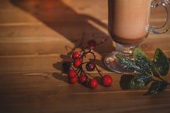 咖啡用在木桌上的樱桃 库存照片