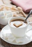 咖啡用在木桌上的蛋白软糖 免版税库存照片