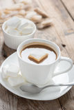 咖啡用在木桌上的蛋白软糖 库存图片