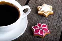 咖啡用在木背景的姜饼曲奇饼 免版税库存图片