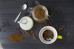 咖啡用在木背景的牛奶 免版税图库摄影