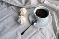 咖啡用在桌布的蛋白软糖 免版税库存图片