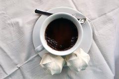 咖啡用在桌布的蛋白软糖 免版税图库摄影