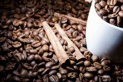 咖啡用在棕色颜色的桂香 免版税库存图片
