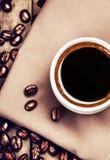 咖啡用在棕色餐巾的咖啡豆 库存图片