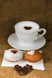 咖啡用在老袋装的背景的咖啡粒 免版税库存照片